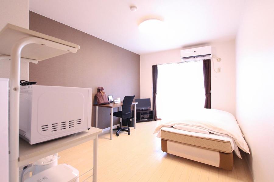 シンプルな室内。一面だけ色の違う壁紙がシャープな雰囲気に引き締めます