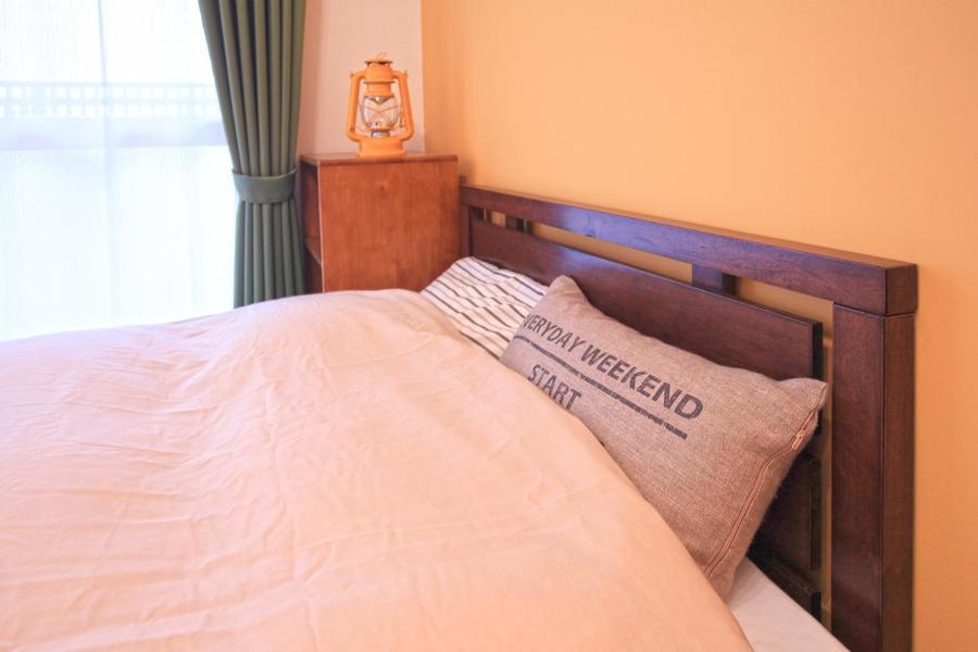 ベッドにはロゴクッションを配置。ヘヤセンならではの遊び心あふれるチョイス