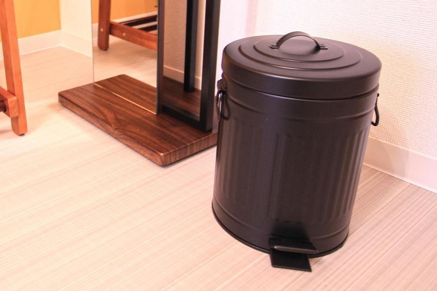 ゴミ箱はレトロ感あるバケツタイプ。細部までこだわりのセレクトです