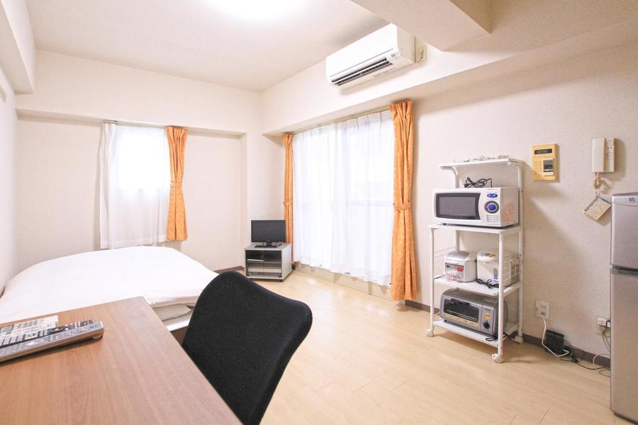 木目のフローリングに白の壁紙のシンプルで過ごしやすいお部屋