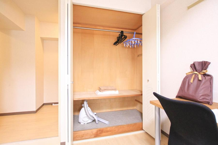 クローゼットは上下2段。ハンガーパイプつきで衣類の収納もばっちり!