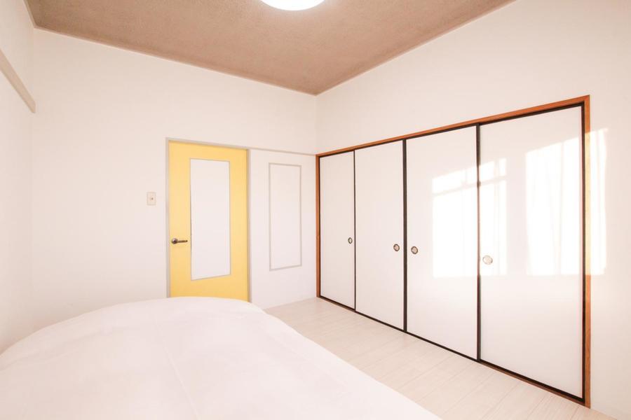 クリーム色の扉がキュート。天井も高く開放的にお過ごしいただけます