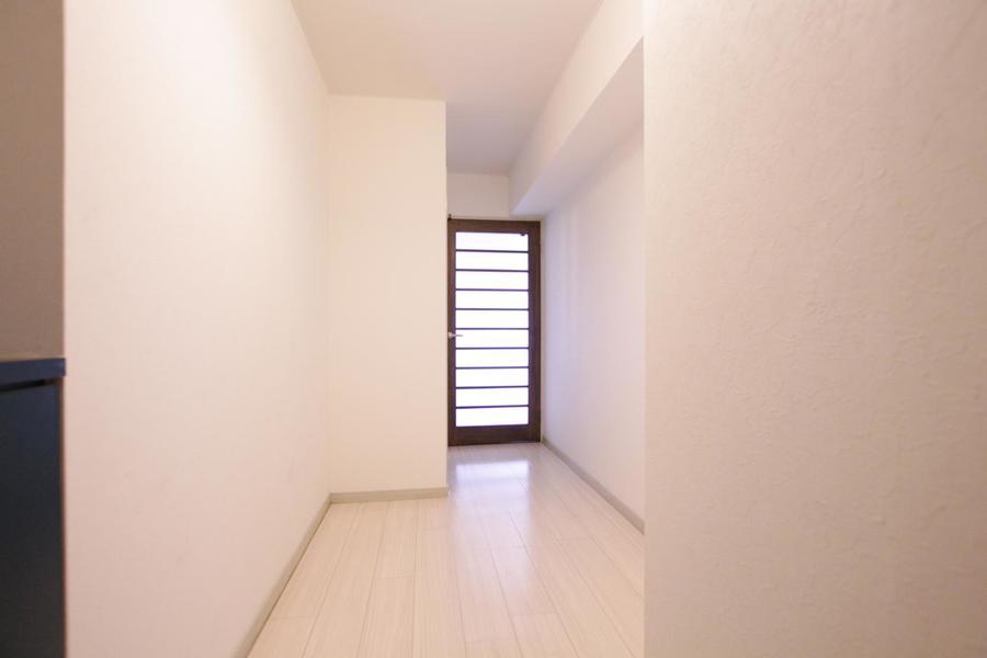 玄関とリビングの間には扉を設置。磨りガラスで光も取り込めます