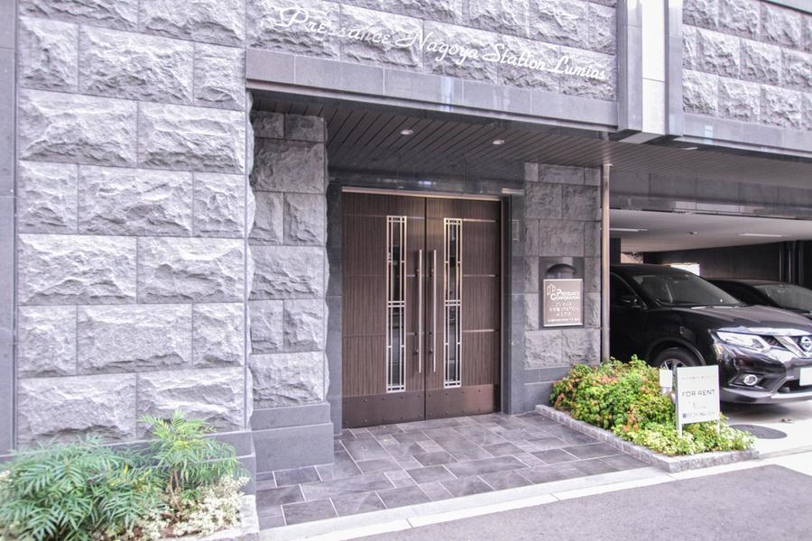自然石のようなインパクトある外観。大きなウッドドアが特徴です
