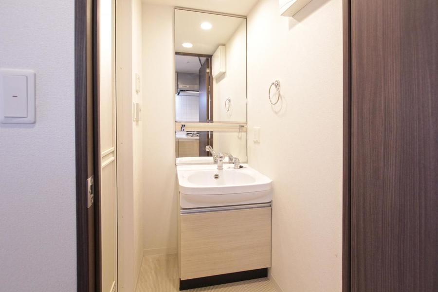 大きな鏡がポイントの独立洗面台