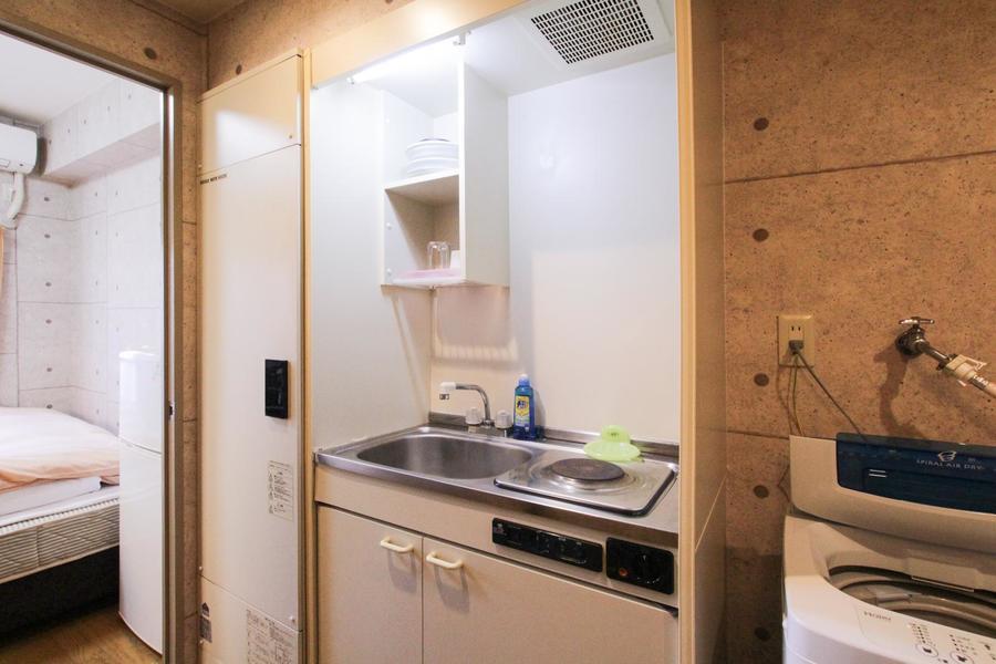 キッチンはシンプルイズベスト。便利な収納棚も完備
