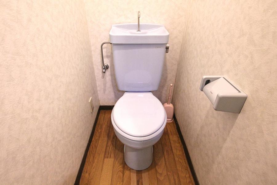 お手洗いは木目調の床が印象的