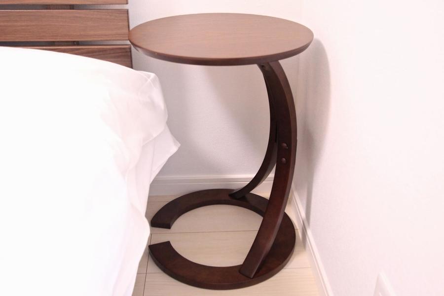 ベッド横には便利なサイドテーブルを設置