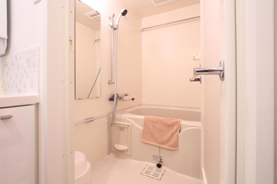 シャワーヘッドは高さが変えられるスライドタイプ。浴室乾燥機能も搭載です