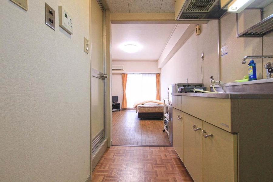 レトロな床がポイント。キッチンも広めです