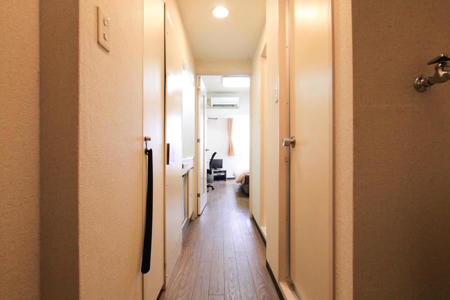廊下は室内と同じダークブラウンのフローリングで統一しています