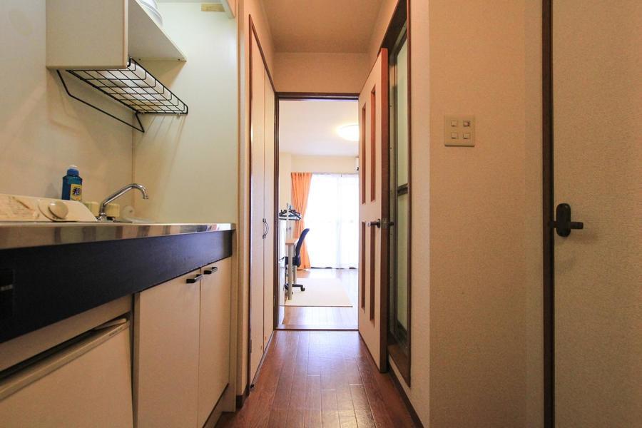 キッチン、廊下周辺もシンプルな色合いで統一。収納も完備されています