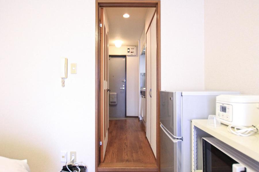 お部屋の間には仕切り扉。廊下とお部屋をしっかり分けて快適な空間に