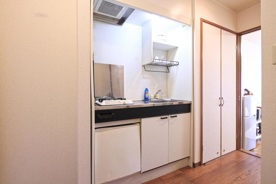 キッチンは便利なガスコンロタイプ。吊り棚も設置されています