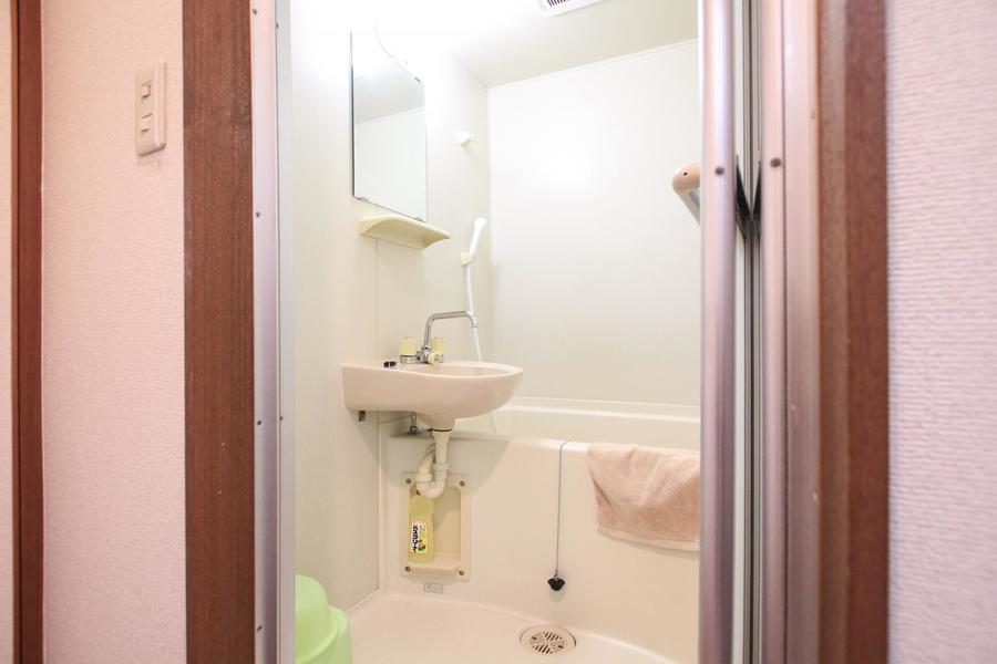浴室は白を基調とした清潔感溢れる空間に