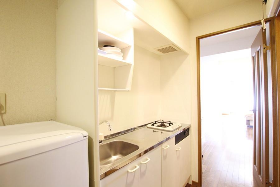 白を基調としたシンプルなキッチン。ガスコンロは1口です