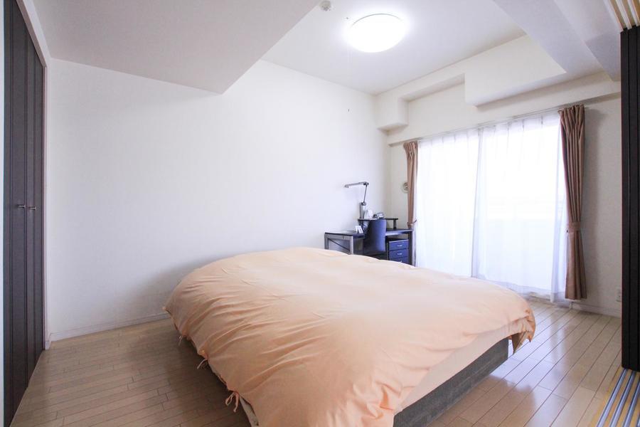 ベッドはダブルベッドを設置。手足を伸ばしてお休みいただけます