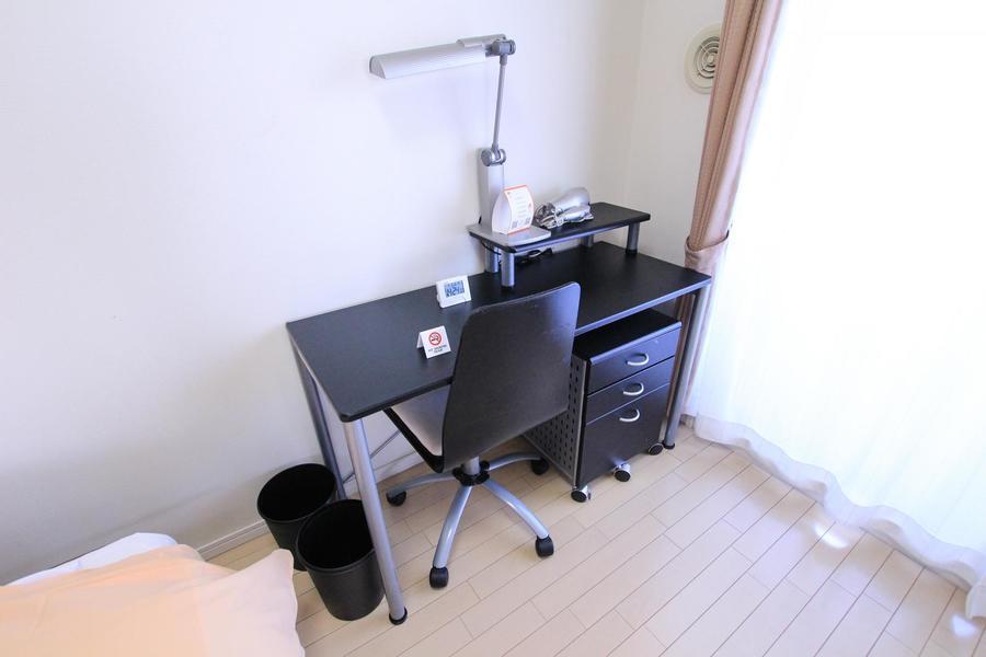 寝室にはデスクセットを設置。ビジネスにも勉強にも充分は広さです