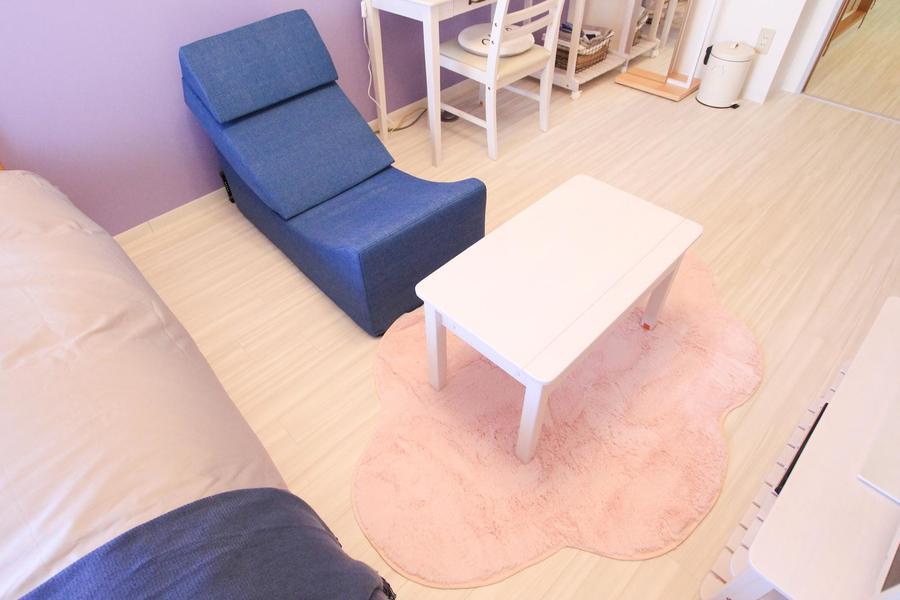 インディゴブルーのソファは畳んでベンチとしてもお使いいただけます
