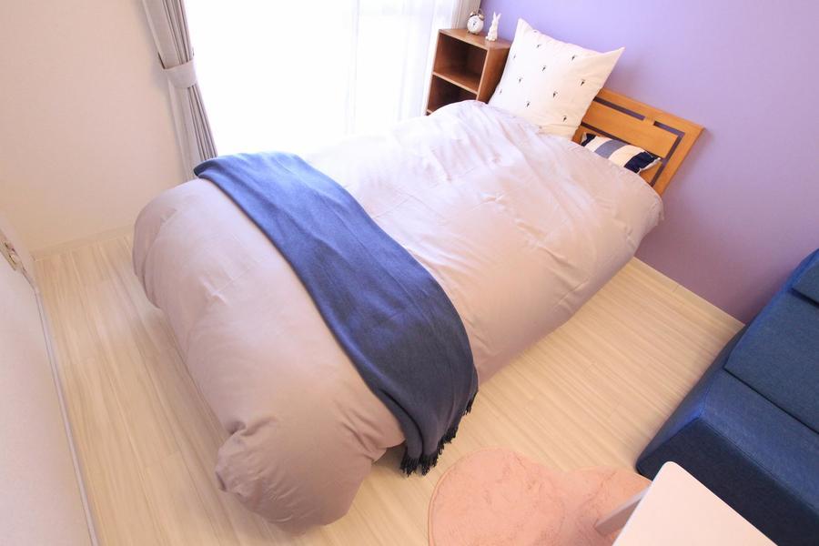 ベッドはセミダブル。ファブリック類もスタッフこだわりのセレクト