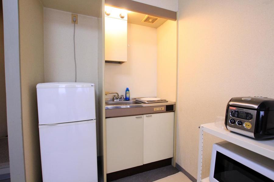 キッチンはシンプルかつコンパクト。IHタイプのコンロです