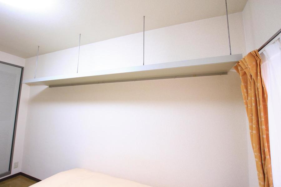 ベッドの上には吊り棚。収納の他インテリアを配置するのも素敵です