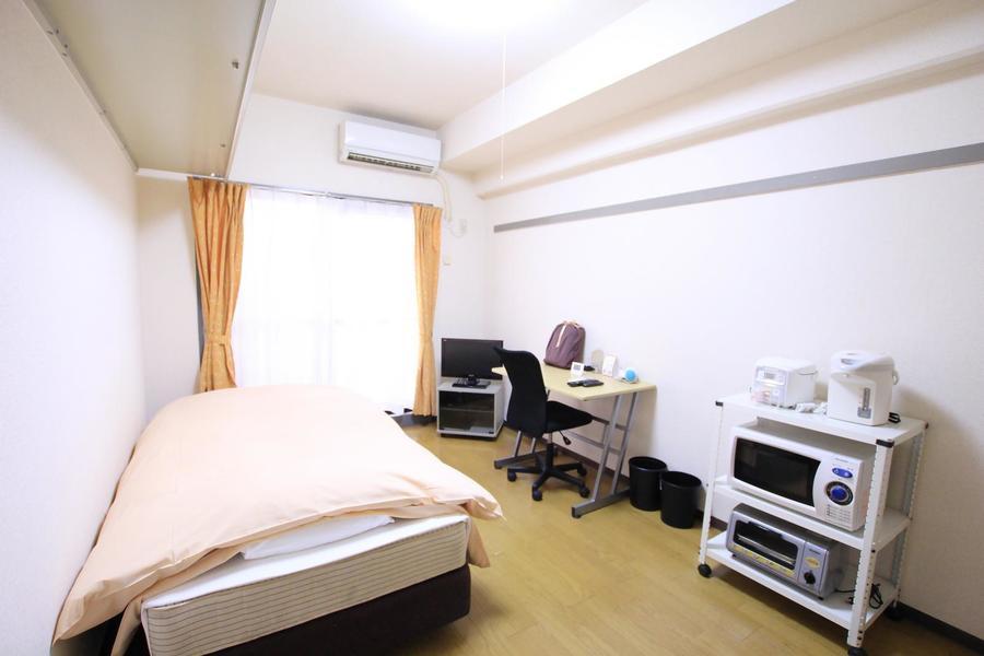 木目のフローリングと白い壁紙を基調としたシンプルなお部屋です