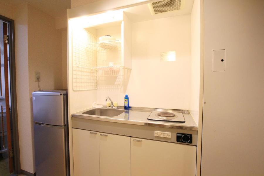 ホワイトを基調としたシンプルな1口電気コンロのシステムキッチン