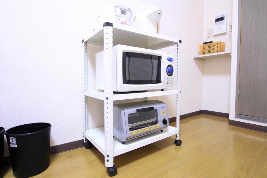 レンジ、ポットなどの家電類は使いやすいようラックに集約