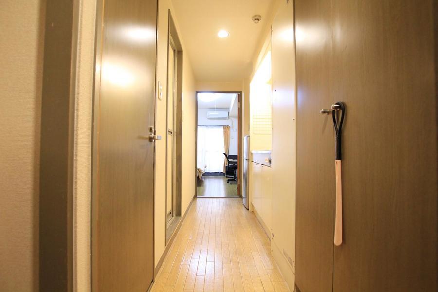 廊下はブラウン系の色でまとめられシックな印象に