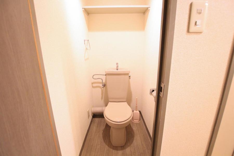 木目の床が落ち着いた印象のお手洗いは清潔感抜群!