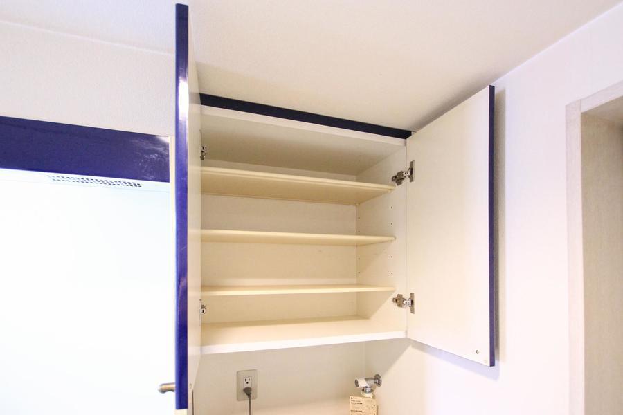 洗濯機上にも充実の収納。洗濯用品や小物の収納にお役立ていただけます