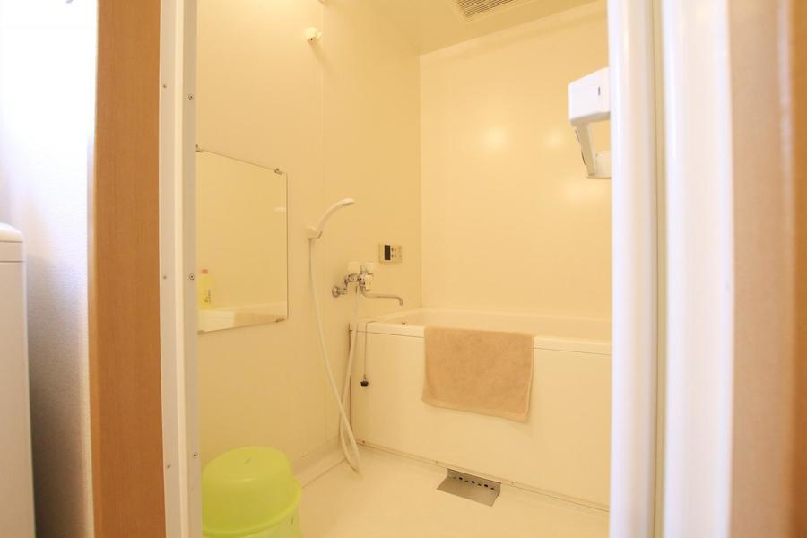 大きな鏡が特徴のバスルーム。浴室乾燥機能付きで雨の日も安心!