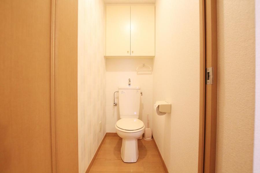 トイレには嬉しい収納スペースも完備