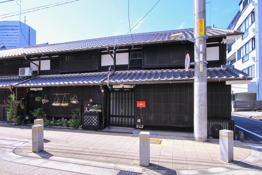 黒い屋根瓦、漆喰の壁、石垣など日本の古き良き雰囲気を残した町並みです