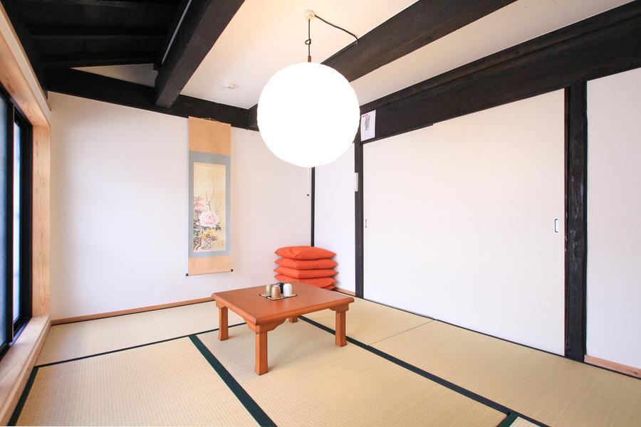 玄関横には6帖の和室。元ある梁を活かした和モダンな空間です