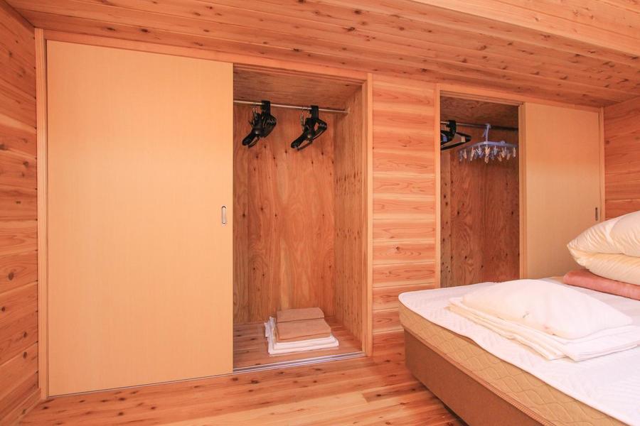 寝室の収納部はたっぷり2箇所。裾の長いコートなどもすっきりと収納できます