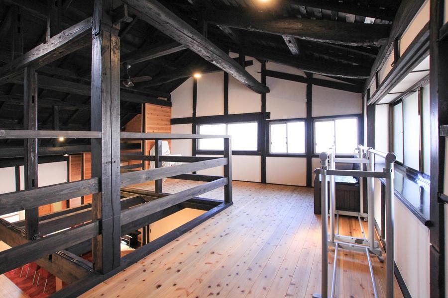2階は全面ロフト仕様。階段を登ると古民家独特の空気がより強く感じられます