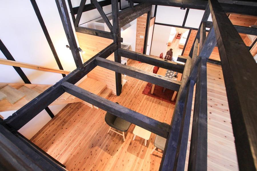 ロフトから見下ろす1階の眺めも格別。どこにいても家族の声が届きます