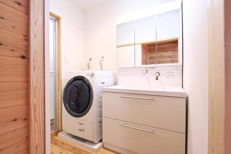 水回りは最新鋭のシステムを採用。ドラム式洗濯機で乾燥までバッチリ!