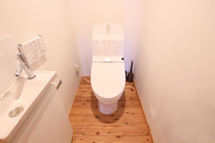 お手洗いは嬉しいシャワートイレタイプ。お部屋と同じ木目の床が特徴です
