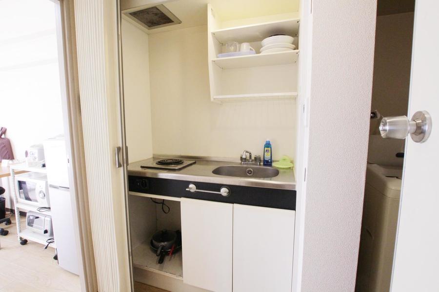 キッチンは電気コンロタイプ。作業スペースも広めです