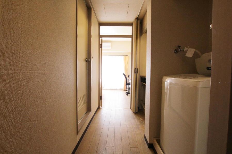 廊下はキッチンのカーテンを閉じることでよりすっきりした印象に