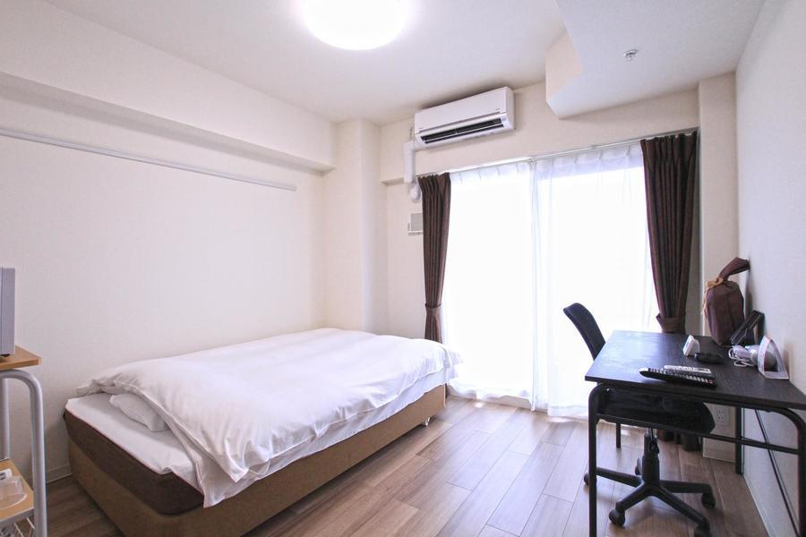ブラウンの木目と白い壁紙の組み合わせのシンプルなお部屋