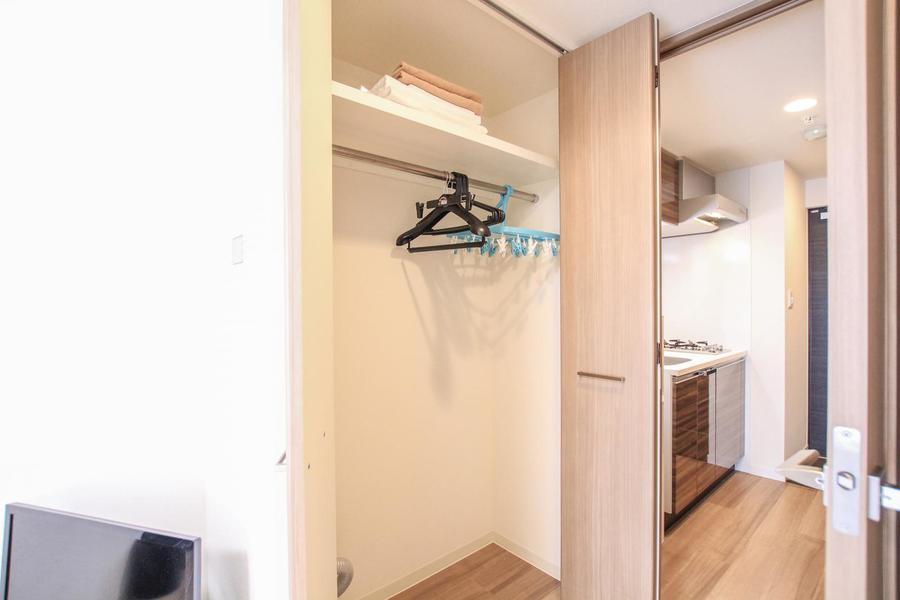 クローゼットはお部屋入口に設置。収納力、高さともに抜群!