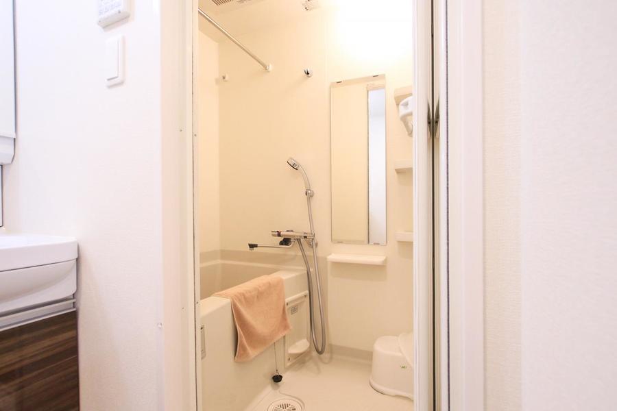 清潔感のあるバスルーム。嬉しい浴室乾燥機能が搭載されています