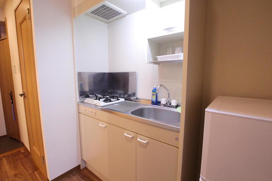 キッチンはコンパクトタイプ。作業スペースが広めなのが特徴です