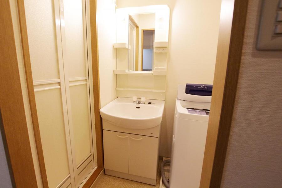 洗面台は独立タイプ。小物収納棚の他コンセント口も搭載されています
