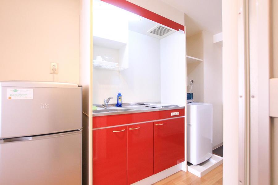 鮮やかな赤色を配したキッチン。デザインだけでなく使いやすさも抜群!