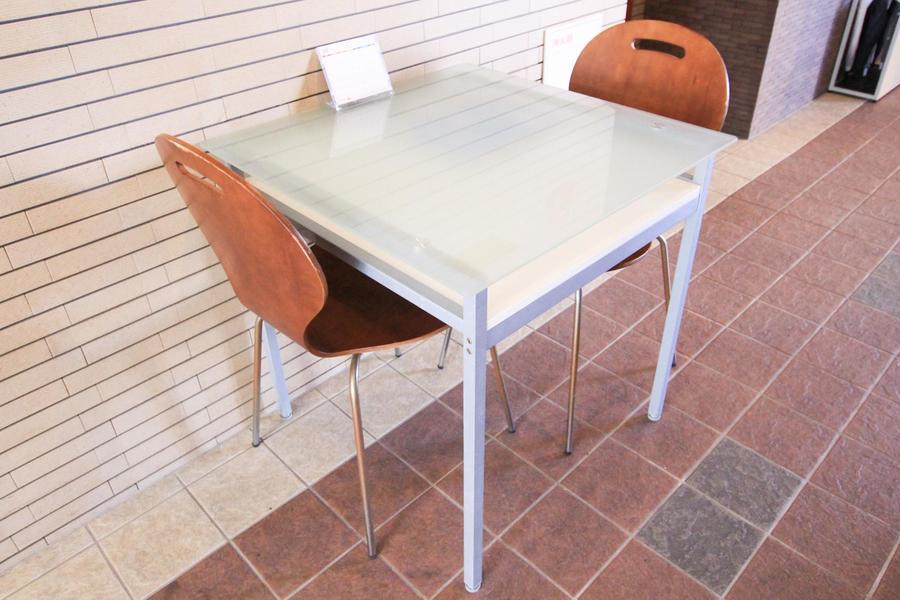 エントランス内のテーブルは打ち合わせや一時荷物置きにご利用いただけます